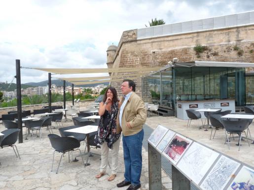 José Manuel Barroso junto a la directora del museo, Cristina Ros, conversandoen la terraza.