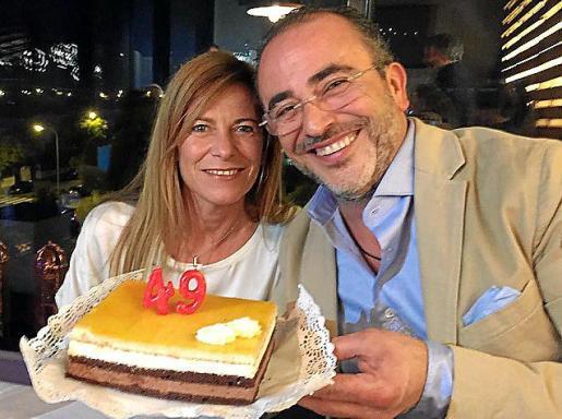 Juana Mari Coll y Pedro Mesquida, soplando las velas.