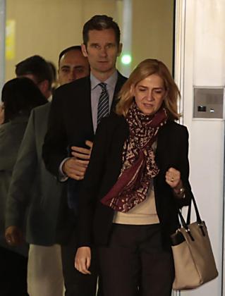 La infanta Cristina e Iñaki Urdangarín abandonan la sala donde este mes de enero se ha comenzado a juzgar el Caso Nóos.