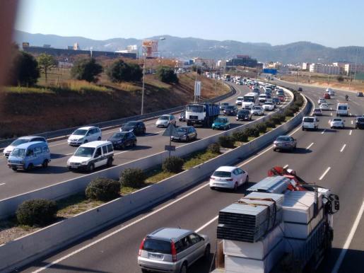 Colas de coches a la altura de la salida de Ocimax, dirección aeropuerto.