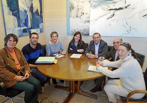Miembros de la asociaciones animalistas y autoridades municipales, tras la firma de los convenios.