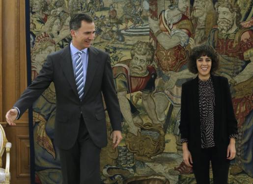 El Rey junto a la diputada de En Marea-Podemos, Alexandra Fernández, tras recibirla este viernes en audiencia en el Palacio de la Zarzuela.