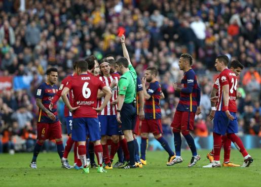 El árbitro del partido Undiano Mallenco expulsa a Filipe Luis del Atlético de Madrid por una entrada al delantero del Barcelona Lionel Messi.