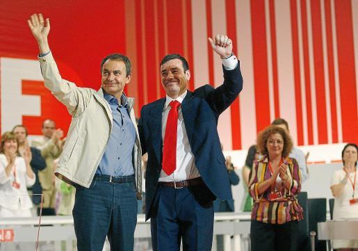 Zapatero y Gómez en el acto de clausura del Congreso extraordinario del PSOE de Madrid en 2007.