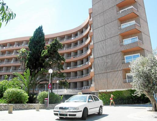 El joven cayó del primer piso al interior del recinto del hotel.