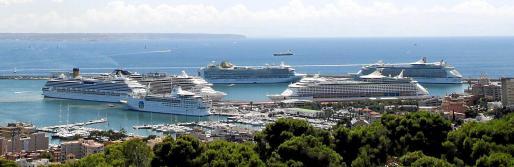 Imágenes de los seis buques de crucero reunidos ayer en Palma por espacio de dos horas. La imagen tomada desde lo alto del Castell de Bellver es espectacular.
