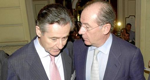 El vicepresidente segundo del Gobierno y ministro de Economía, Rodrigo Rato (d), conversa con el presidente de Caja Madrid, Miguel Blesa (i), en una imagen de archivo.