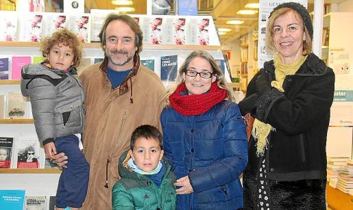 Ainhoa, Felipe y Andoni Garmendia, Loli Montero y Antònia Andreu.