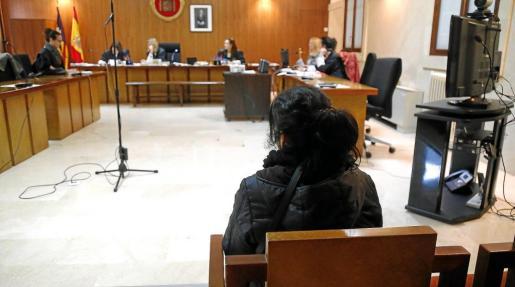 La mujer procesada por un delito contra la salud pública, durante el juicio celebrado este lunes en la Audiencia de Palma.