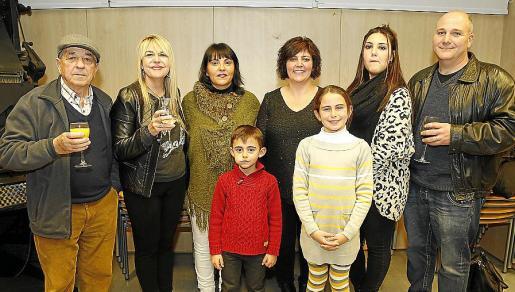Antonio Alemany, Fina Costa, Catalina Colomar, María Colomar, Joana Maria Mas, Toni Mas y los pequeños Catalina María y Pepe Estarellas.