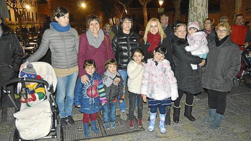 Joana Seguí, Maria Antònia Valls, Margalida Reynès, Antònia Torres, Antònia Cerdà y Joana Cerdà con los pequeños Joan, Marina, Marc, Ona, Aina y Paula.