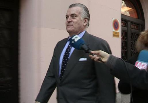 El extesorero del PP Luis Bárcenas, a la salida de su domicilio hacia los juzgados de la Plaza de Castilla para declarar como testigo ante la jueza de Instrucción número 32 de Madrid, encargada de instruir el caso del borrado de los ordenadores del Partido Popular.