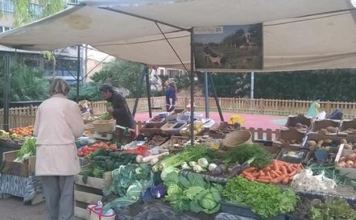 El mercado ecológico semanal de Palma ofrece productos alimentarios.