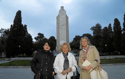 Jacinta Galindo, Marisé Fernández Segade y Toya de la Vega, ante el monolito, forman parte de la plataforma.