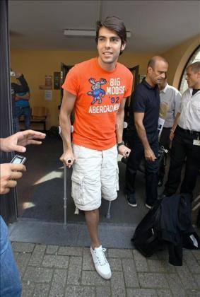 """El jugador brasileño del Real Madrid Ricardo Izecson Dos Santos, """"Kaká"""", sale del hospital Monicaziekenhuis."""
