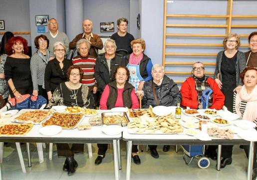 Personal y monitores de la Llar degustan un almuerzo típico ibicenco de 'dijous llarder'. Foto: TONI ESCOBAR