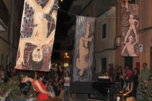 El espectáculo de música y danza en la calle congregó a numerosos curiosos.