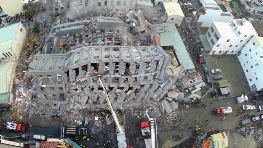 Imagen aérea de uno de los edificios derrumbados en Tainan
