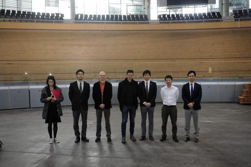 La delegación japonesa, junto al gerente del Palma Arena, Xavier Pujadas, y el ciclista Joan Llaneras.