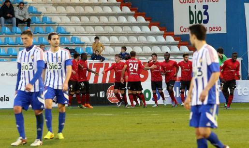 Los jugadores del Mallorca celebran un gol en El Toralín.