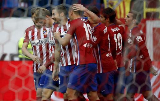 Fernando Torres celebra su gol rodeado de sus compañeros.