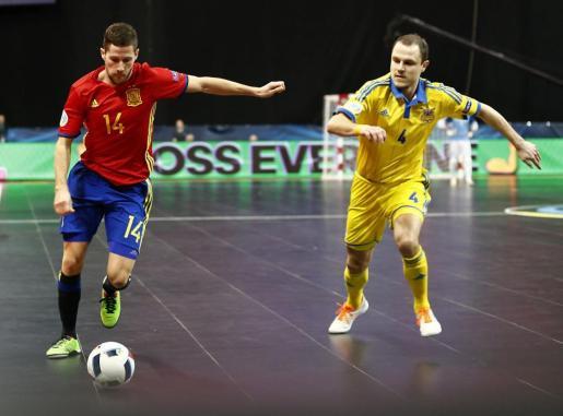 El jugador español Raúl Campos y el ucraniano Dmytro Bondar, durante el partido del Europeo de Serbia 2016.