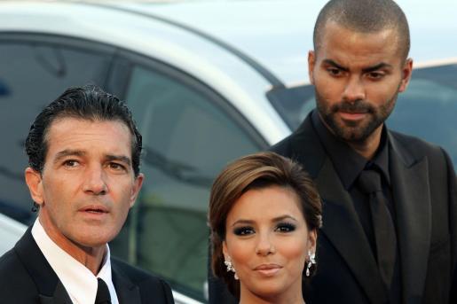 """El actor Antonio banderas (i) junto a la actriz Eva Longoria (c) y su marido, el jugador de baloncesto francés Tony Parker (d), a su llegada a la gala """"Starlite""""."""