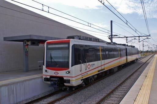 El metro, a su paso por la estación de Son Sardina.