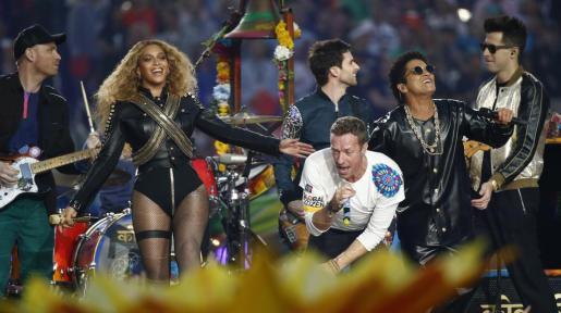 Beyonce, Chris Martin de Coldplay y Bruno Mars, durante la actuación.