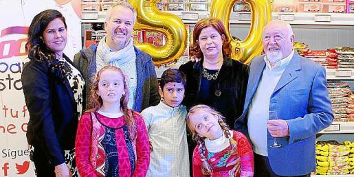 Greicy Pérez, Juan Cabot Jr., Ada de las Cagigas y Juan Cabot, con los pequeños de la família: Helena, Cristian y Llum Cabot.