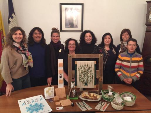La alcaldesa de Algaida, Maria Antònia Mulet, las concejalas Margalida Garcias y Maria Antònia Sastre y la presidenta, Catalina Vanrell, y otras integrantes de la asociación de artesanía durante la presentación.