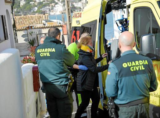 La mujer agredida fue acompañada a un centro médico en una ambulancia.