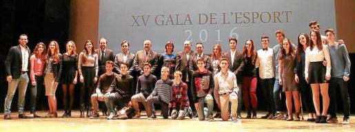 Los premiados en la modalidad de taekwondo posan con Miquel Ensenyat, Francesc Miralles, Margalida Portells, Antoni Serra y Ricardo Muntaner, en el Teatre Principal.