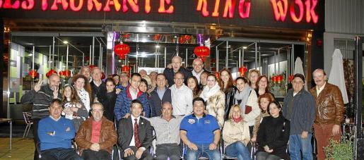 Propietarios y empleados del restaurante King Wok, con miembros del grupo de empresarios mallorquines Proam tras la cena de Año Nuevo.