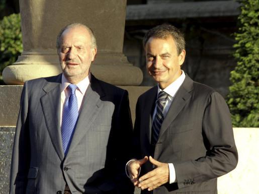 Foto de archivo del despacho entre el Rey y el presidente del Gobierno del verano pasado.