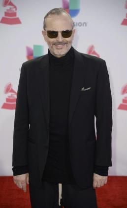 Miguel Bosé posando a su llegada a la edición 16 de los premios Grammy Latino en Las Vegas (Estados Unidos), en noviembre de 2015.