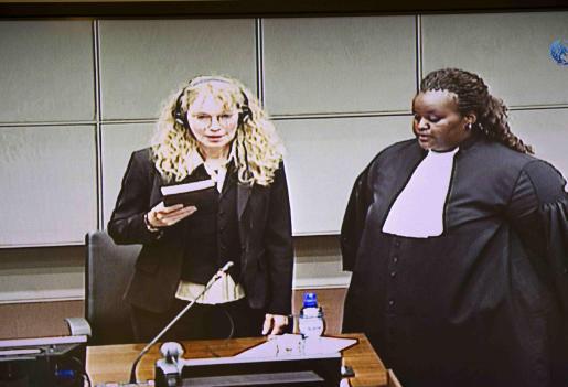 Imagen televisiva de Mia Farrow, durante el juicio en el Tribunal Especial para Sierra Leona.