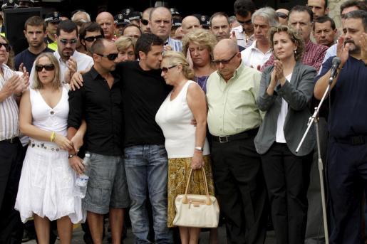 Familiares, amigos y miembros del ayuntamiento han guardado un minuto de silencio en memoria de Alejandro Ribas.