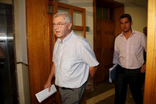 El ex alcalde y ex concejal de Sóller, Antoni Arbona, saliendo hoy de los juzgados.