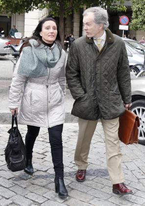 Los jueces del Juzgado de Instrucción número 6 de Sevilla que llevan el caso de los ERE, María Núñez Bolaños y Alvaro Martín, a la salida de los juzgados tras tomar declaración a los ex consejeros de Empleo de la Junta de Andalucía FranciscoVallejo y Manuel Recio.