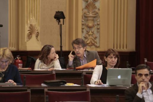 Los diputados de Ciudadanos Olga Ballester y Xavier Pericay hablan durante una sesión en el Parlament de les Illes Balears.
