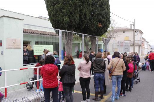 Los padres colgaron varias pancartas en la fachada del colegio Duran Estrany.