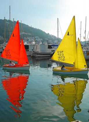 Javier Parrilla y Jana Mestre navegan en dos de los cuatro barcos Access que tiene el club de vela.