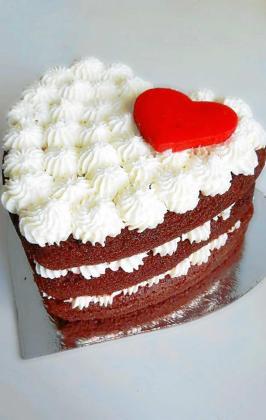 Por Sant Valentín las tartas adquieren forma de corazón, como ésta, la llamada 'Red Velvet' y que está hecha en la pastelería Tentaciones de María.
