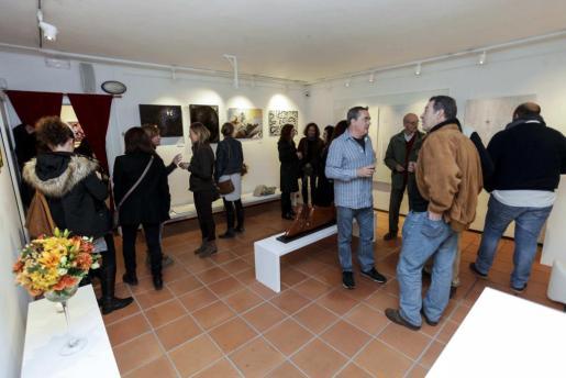La exposición inaugurada ayer en P|Art ha reunido a una gran cantidad de público que se ha acercado a contemplar las diferentes técnicas de las diversas obras que la componen. Foto: DE
