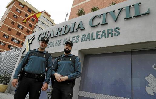 Los agentes Juanmi Rubio y Carlos García, frente a la Comandancia de la Guardia Civil de Palma.