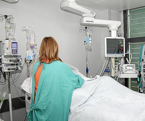 Un paciente es atendido en el hospital Son Espases después de una intervención quirúrgica.