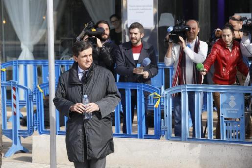 Jaume Matas, saliendo de la EBAP.