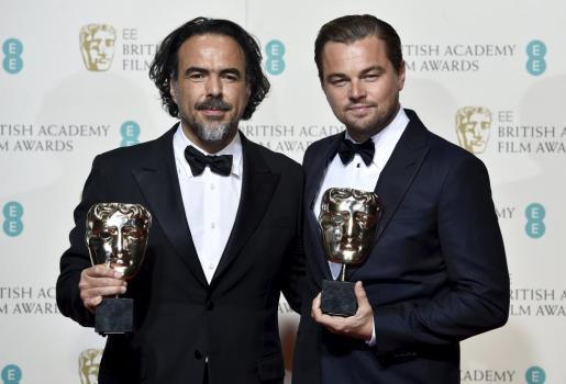 Alejandro González Iñarritu y Leonardo Di Caprio, con sus respectivos galardones.
