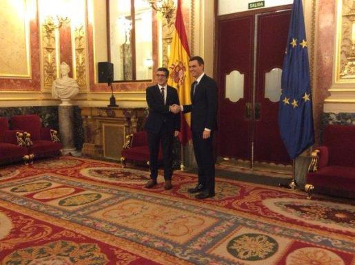 Patxi López y Pedro Sánchez, saludándose antes de la reunión.